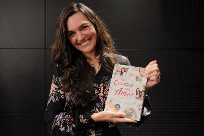 Cozinhar com Amor é o mais recente livro de Daniela Ricardo