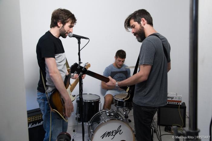 Os insch estão a apresentar a canção Whenever You Call My Name que faz parte do álbum de estreia